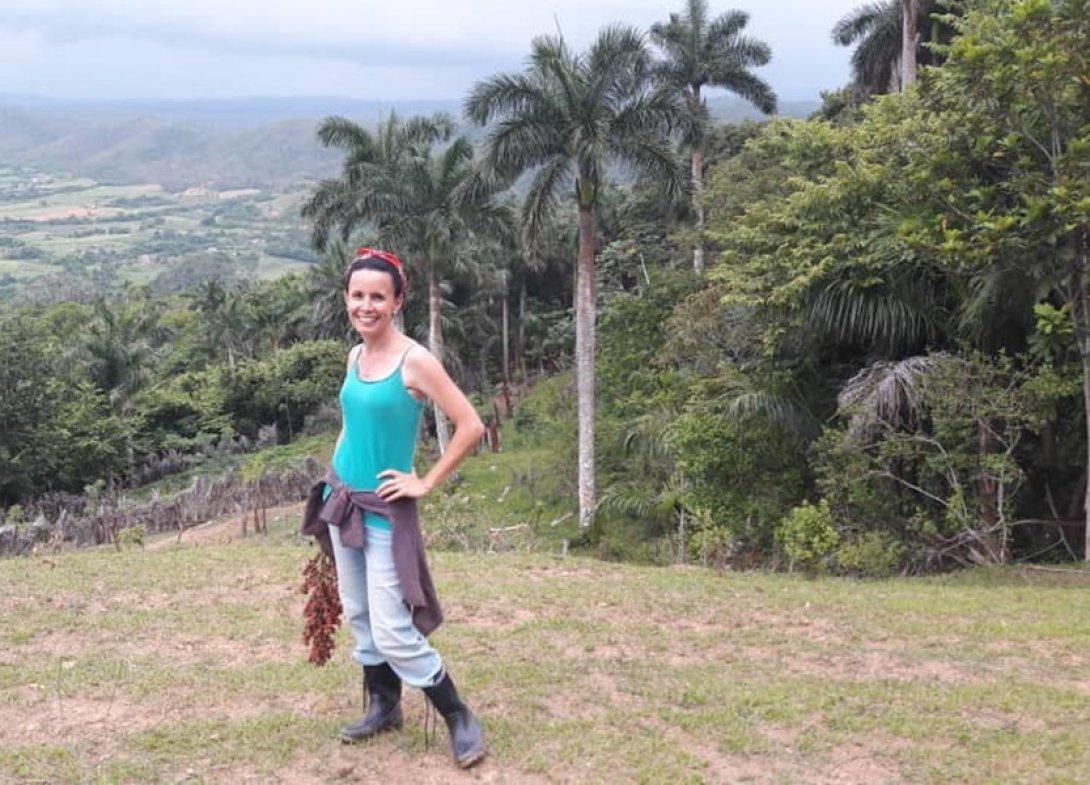 Omara Ruiz Urquiola en los campos de Cuba.