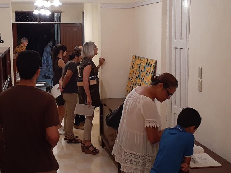 """Público en la exposición """"Iter Criminis""""."""