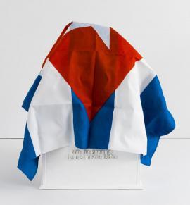 Bandera cubana sobre nicho, obra de artista Rubén Torres